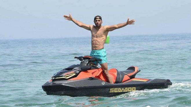 Abdennour, con una moto de agua durante sus vacaciones