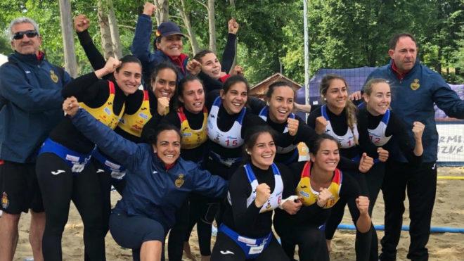 La selección femenina española de balonmano playa festeja la quinta...