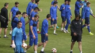 Los jugadores del Oviedo, junto al entrenador de porteros, Sergio...