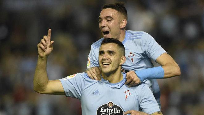Maxi celebra un gol con Iago Aspas