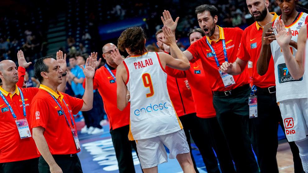 Los miembros del equipo español felicitan a Laia Palau