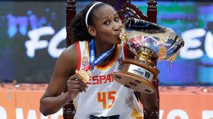 Astou Ndour con la copa de campeona de Europa