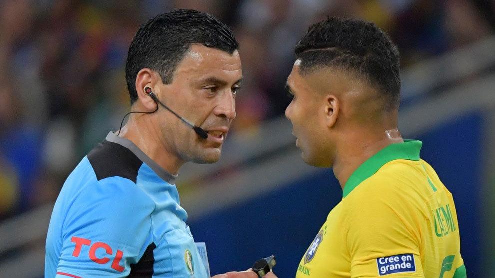 El colegiado Roberto Tobar, junto a Casemiro en la final de la Copa...