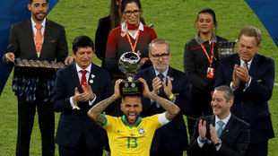 Alves levanta el título como MVP de la final.