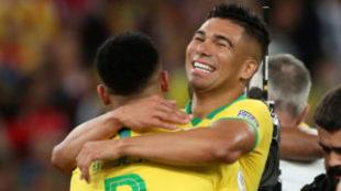 El brasileño abrazando a Jesús en los festejos.