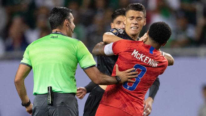 Moreno fue separado por sus compañeros.