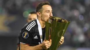 Guardado, en su papel de capitán levantó el trofeo de la Conacaf.