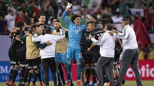 Los mexicanos festejan antes de recibir el trofeo.