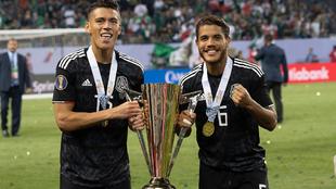 Moreno cargando la Copa Oro con Jonathan Dos Santos.