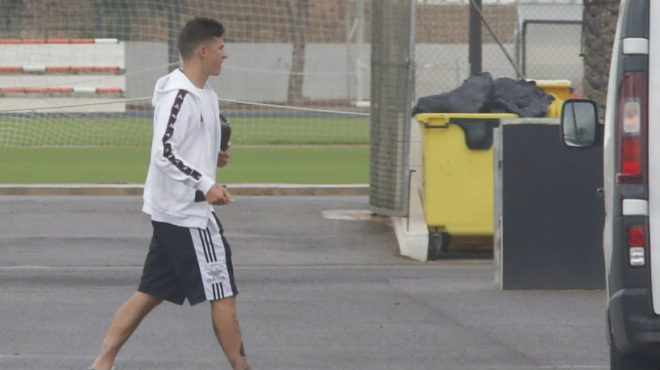 Santi Mina llega a la Ciudad Deportiva del Valencia.