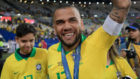 Dani Alves celebra la Copa América en el césped de Maracaná