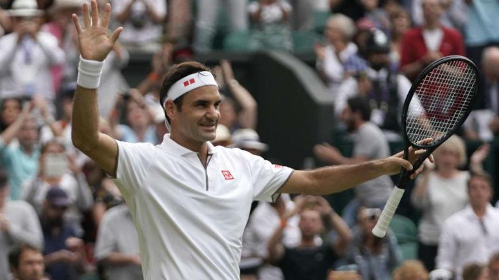 Federer recibe el aplauso de la grada