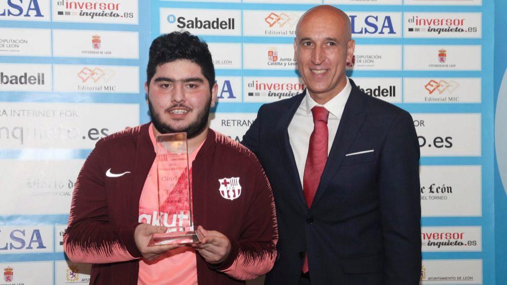 Maghsoodloo recibe el trofeo de campeón a manos del alcalde de León,...