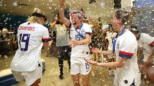 Las jugadoras de Estados Unidos celebran su título en el vestuario.