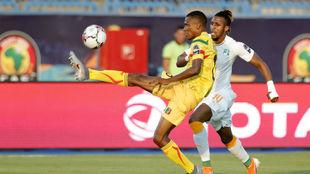 Jonathan Kodjia (29)   y Mamadou Fofana (21) pelean por un balón.