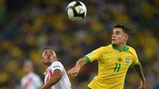 Cueva (27) y Coutinho (27), pelean por un balón en la final de la...