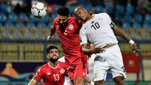 André Ayew (29) remata de cabeza ante la oposición de los jugadores...