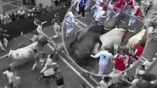 Uno de los momentos de más peligro del tercer encierro de San Fermín...