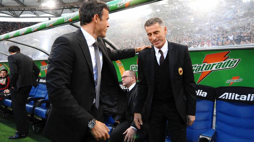 Luis Enrique y Tassotti se saludan en un Roma-Milan de 2011.