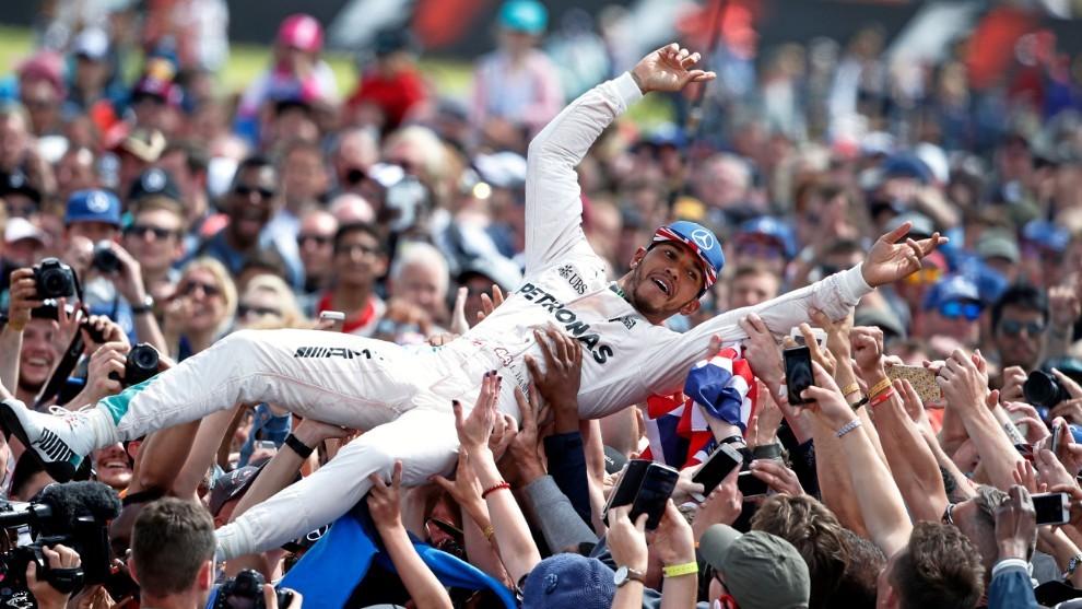 Hamilton celebra su victoria en Silverstone 2016.