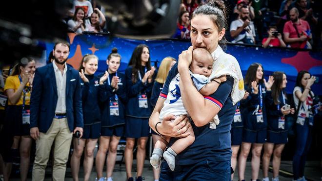 Jelena Brooks recogió la medalla de bronce con su hijo
