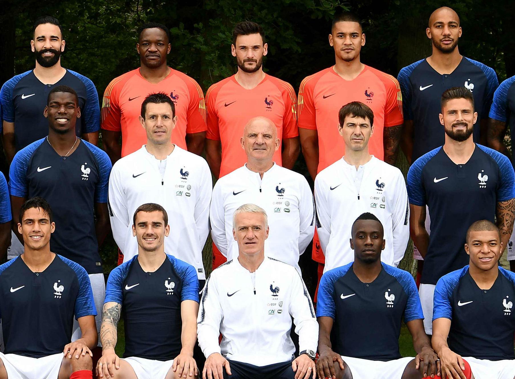 Gregory Dupont, en la segunda fila y a la derecha de Olivier Giroud