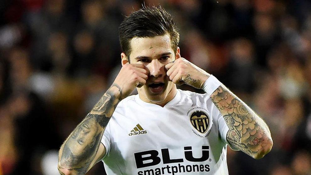 Santi Mina, celebrando un gol en un partido de Champions League.