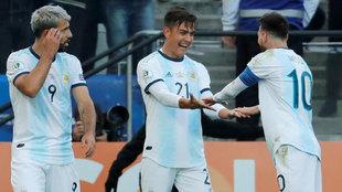 Paulo Dybala celebra un gol con Lionel Messi durante el partido...
