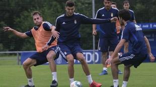 Hernández y Javi Fernández luchan por el balón durante un...
