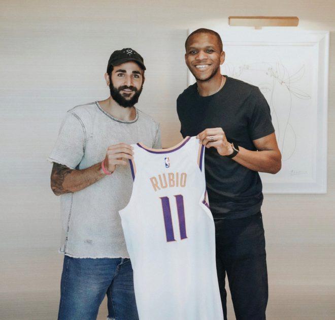 Ricky junto al mánager general de los Suns, James Jones, tras la...