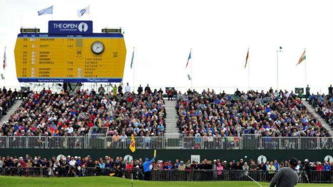 Tiger Woods saca de bunker en un Open Británico.