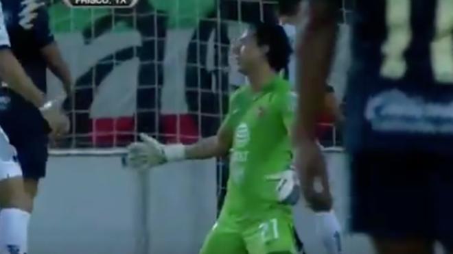 Óscar Jiménez calva un autogol ante Pumas.