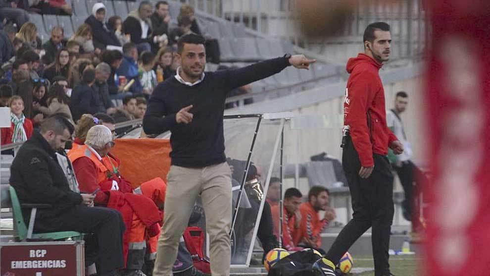 Jorge Romero dando instrucciones en la banda del Nuevo Arcángel   en...