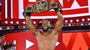 Kofi Kingston, con su cinturón mundial en WWE.