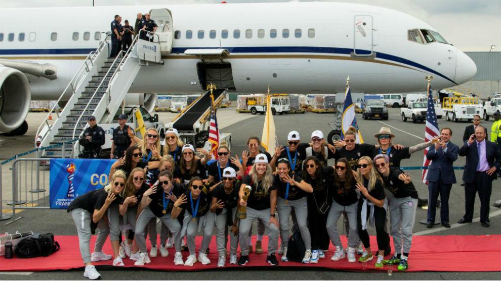 Recién llegadas en el aeropuerto posando con el trofeo