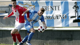 Un futbolista del Atlético Malagueño luchando por el balón.