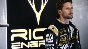 Grosjean, con el logo de Rich Energy, detrás.