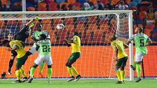 Williams, el portero de Sudáfrica, falla en la salida y deja en...