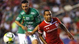 Felipe Pardo lucha por el esférico.