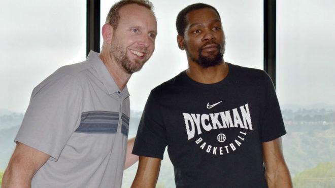 Kevin Durant firmando su contrato con los Brooklyn Nets