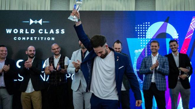 Borja Goikoetxea, alzándose con el trofeo como 'Mejor Bartender de...