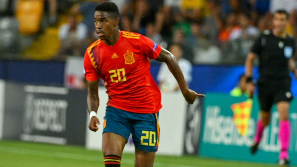 Junior Firpo playing for Spain's U21s.