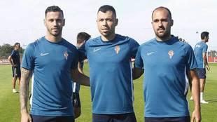 Álvaro Vázquez junto a los otros fichajes sportinguistas, Javi Fuego...