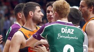 Discusión entre jugadores del Unicaja y el Valencia, dos equipos...