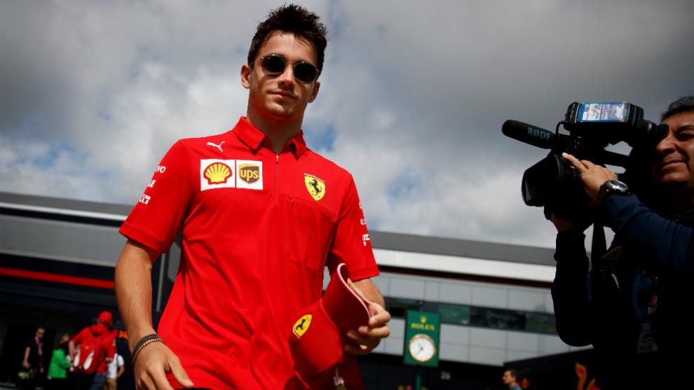 Charles Leclerc camina por el paddock en el circuito de Silverstone.