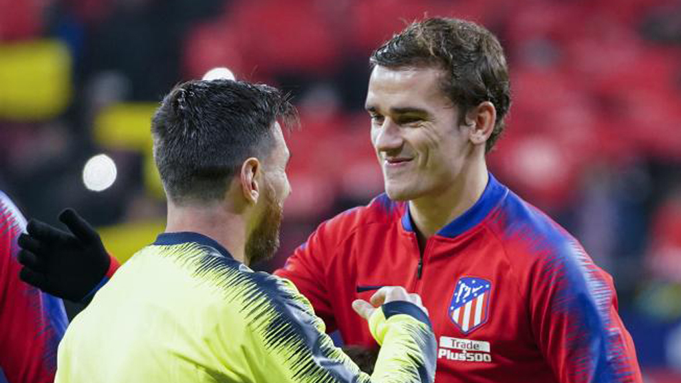 Antoine Griezmann greeting Lionel Messi at the Estadio Wanda...