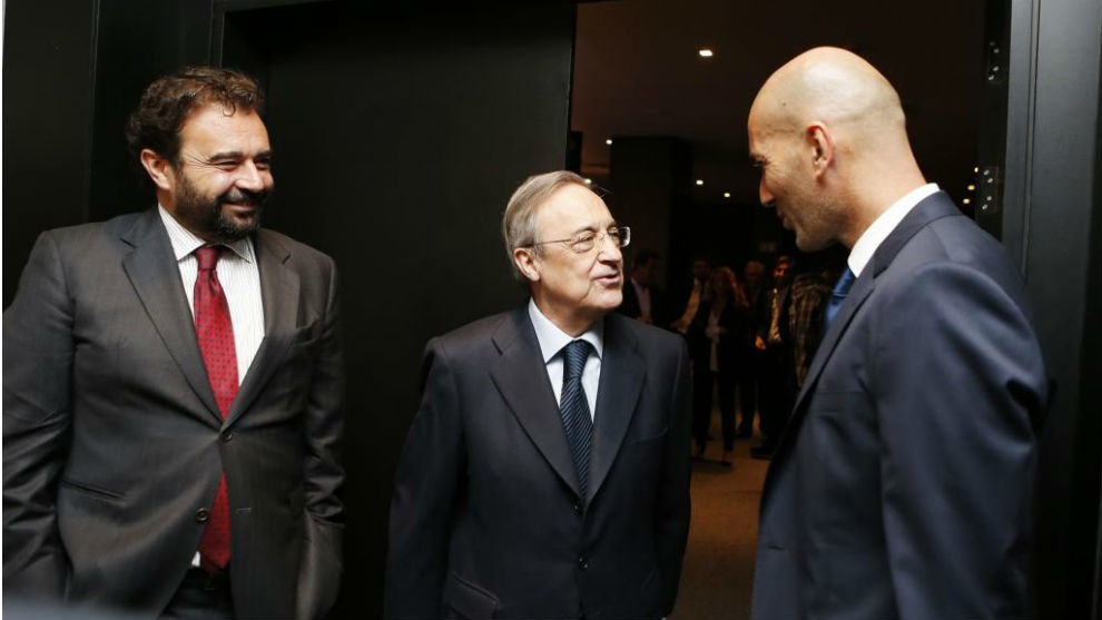 Florentino y José Ángel Sánchez, charlando con Zidane.