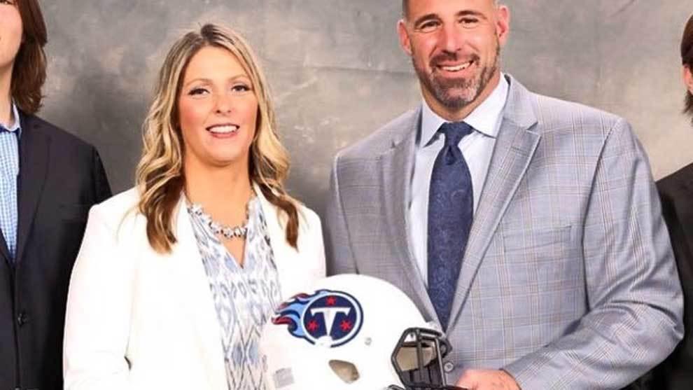 Mike Vrabel (Tennessee Titans) junto a su mujer