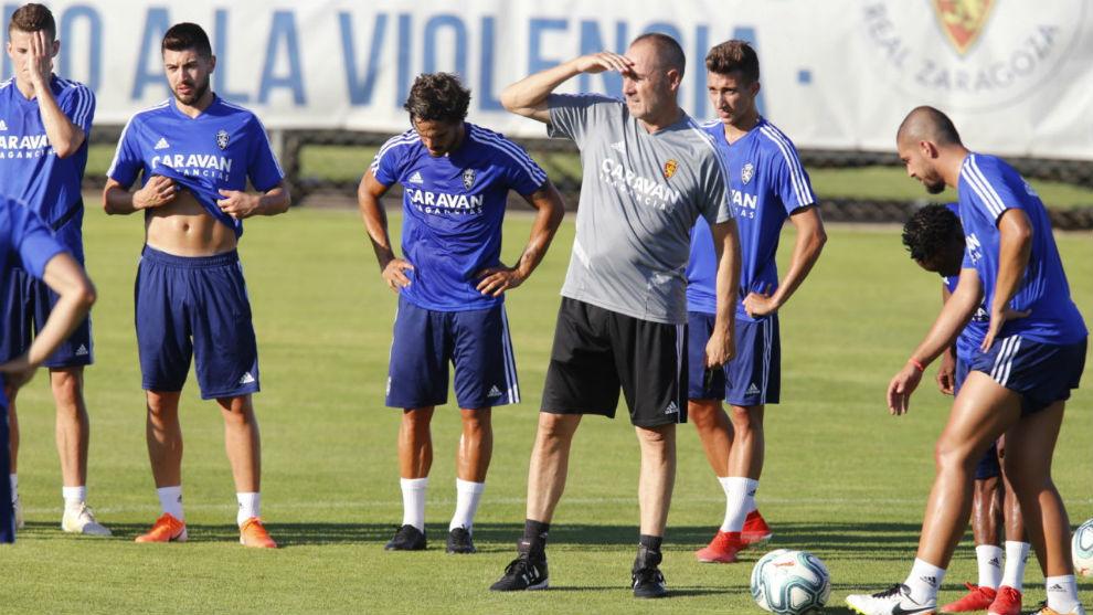 Víctor Fernández dirige un entrenamiento.