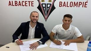 Alfon firma su contrato ante Víctor Varela